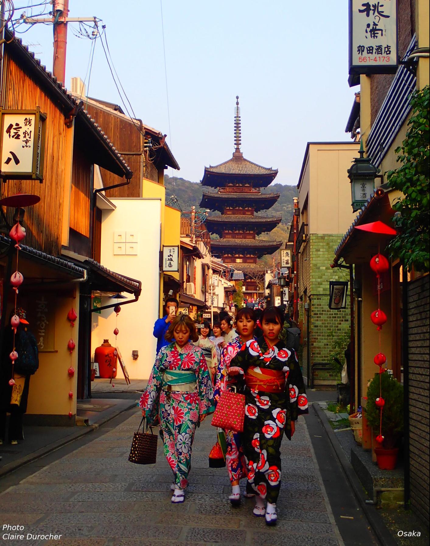 geisha devant un temple