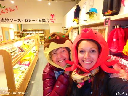 deux femmes avec des chapeaux farfelus