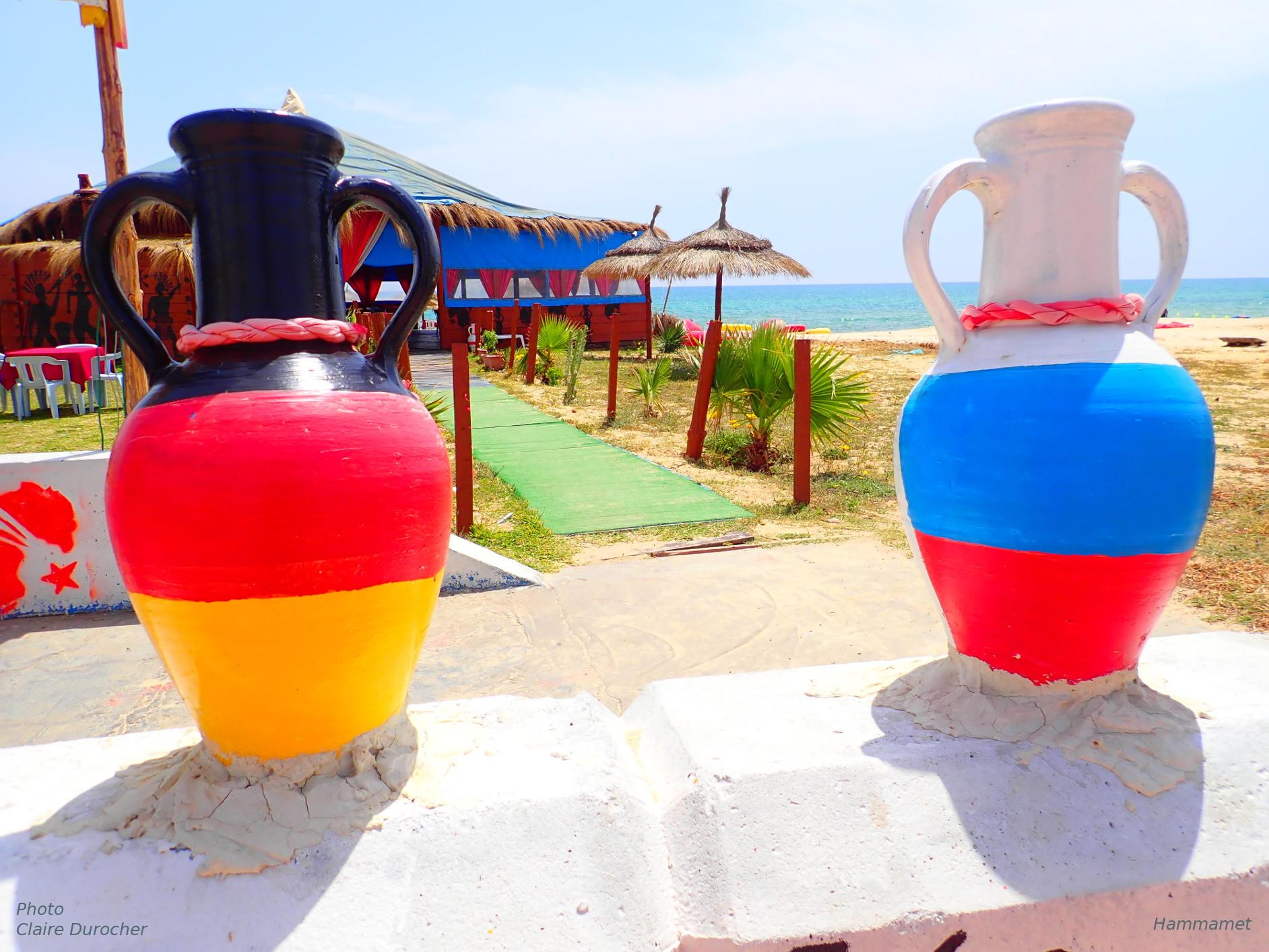 deux vases sur le bord de la mer