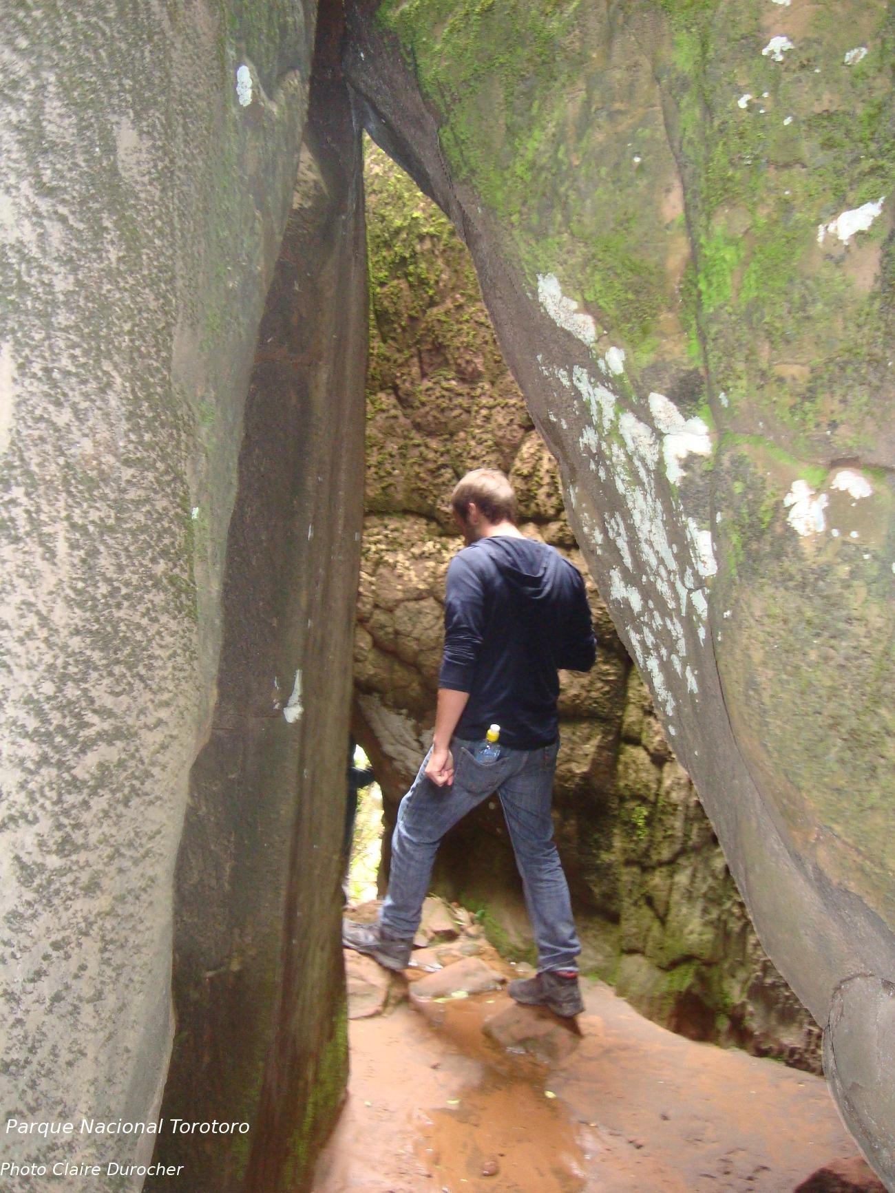 Homme marche à travers des rochers