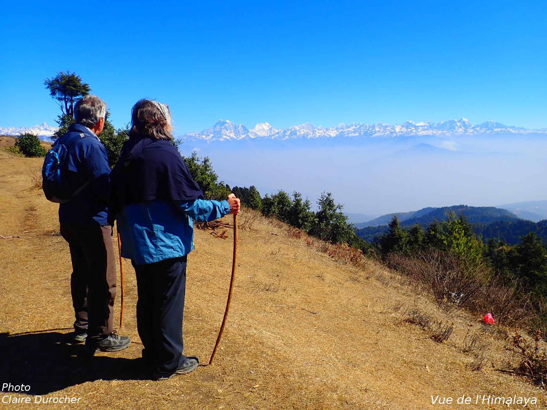 un couple regarde l'Himalaya