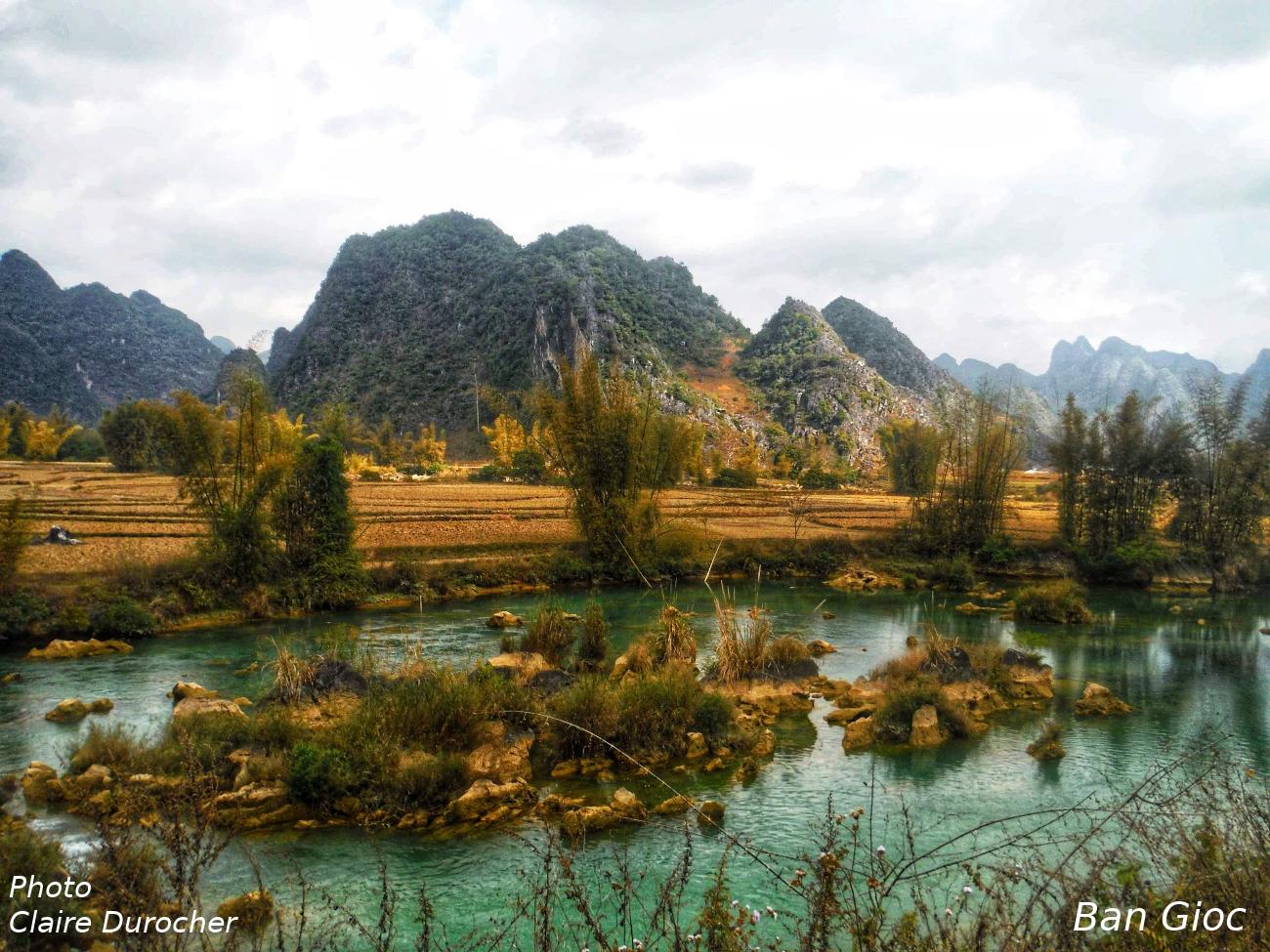 Rivière coule près d'une montagne en forme de pics