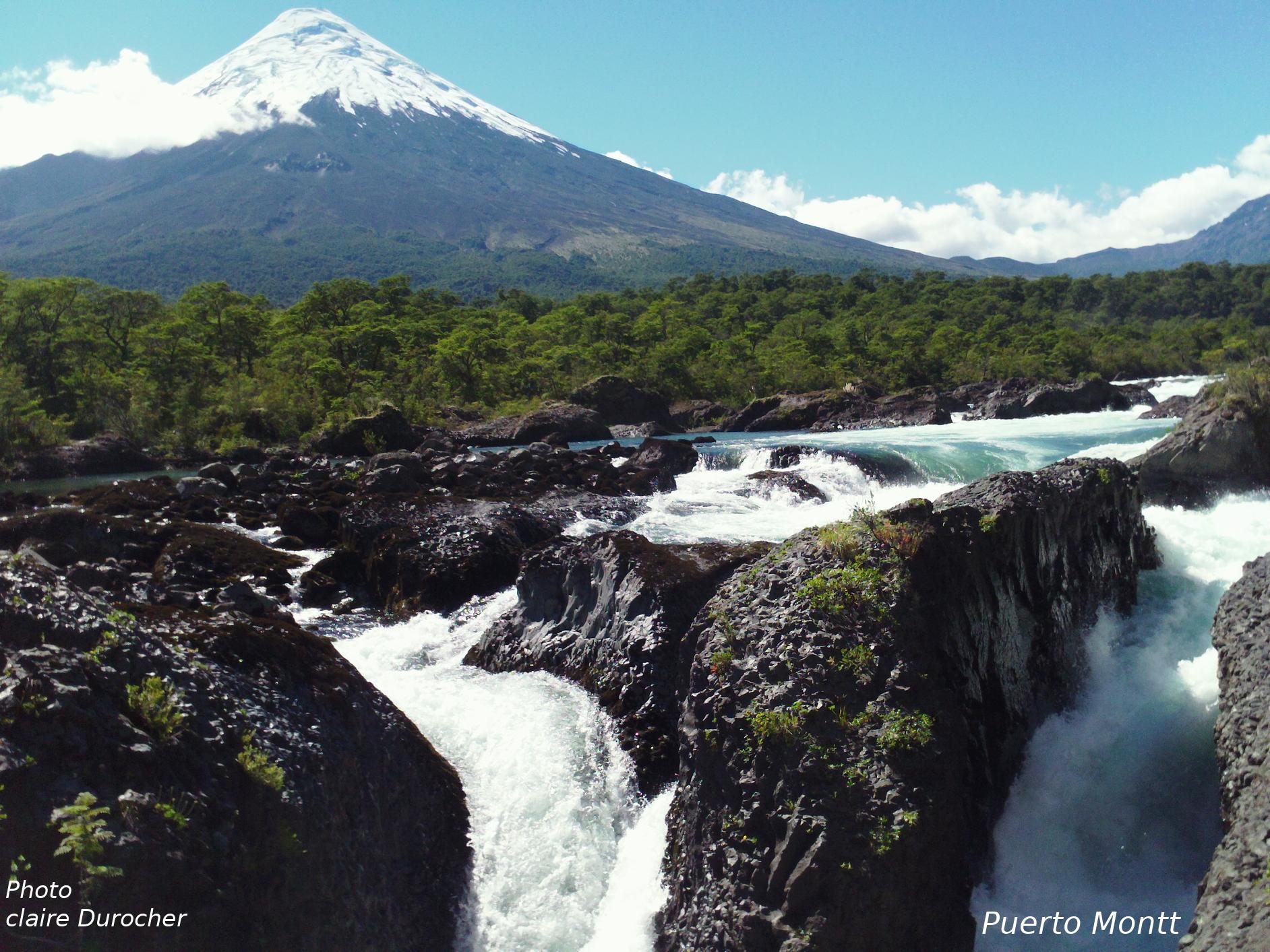 Rivière coule sur des pierres volcaniques