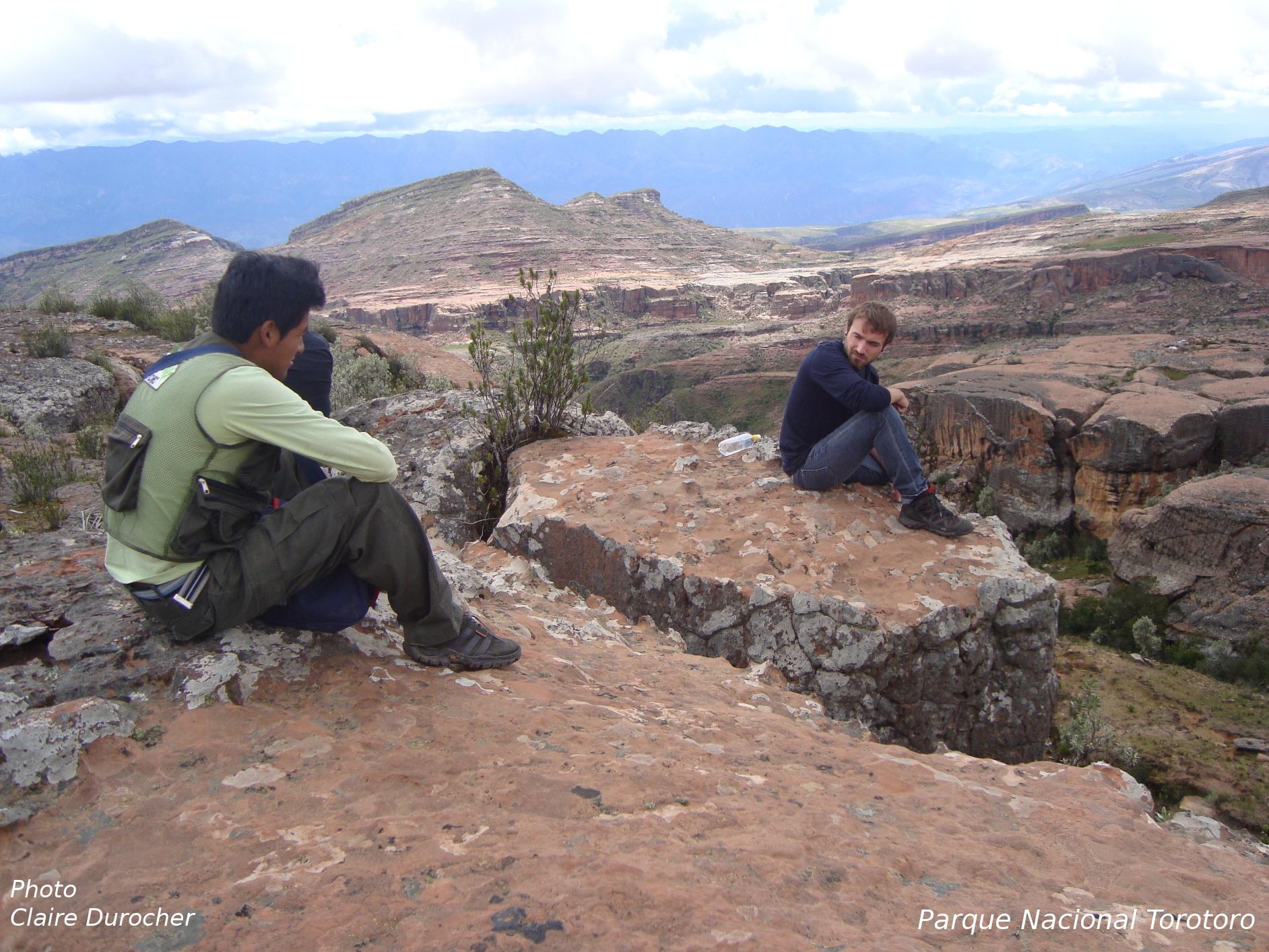 Deux hommes discutent dans un paysage lunaire