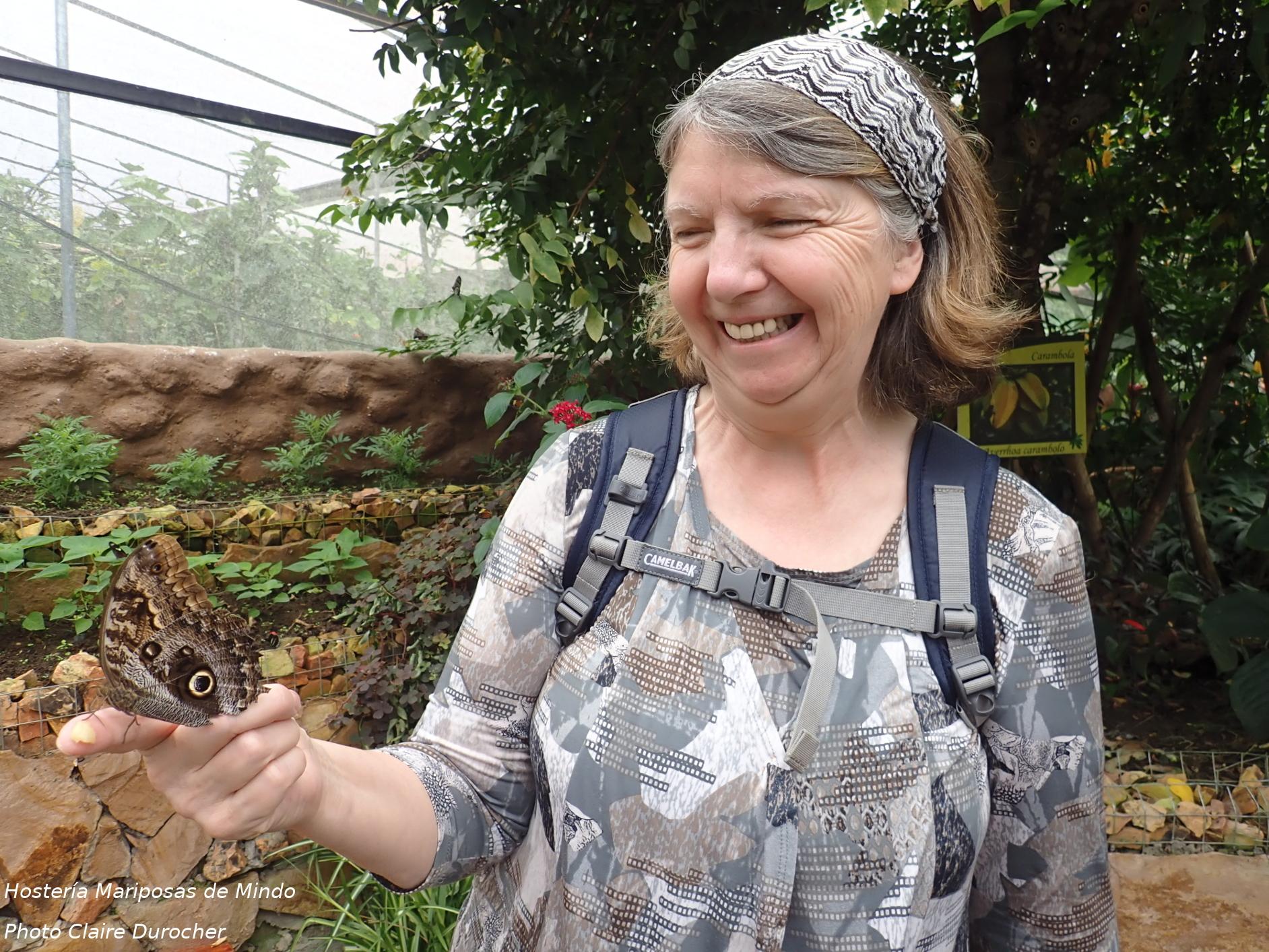 une femme avec un papillon sur la main
