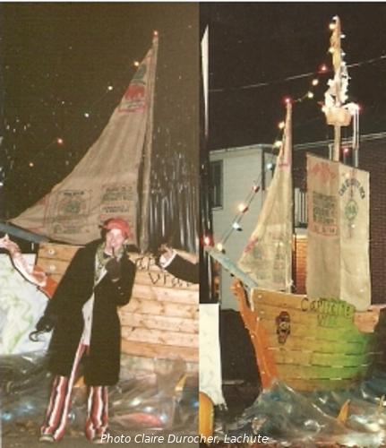 un homme déguisé devant une réplique de voilier