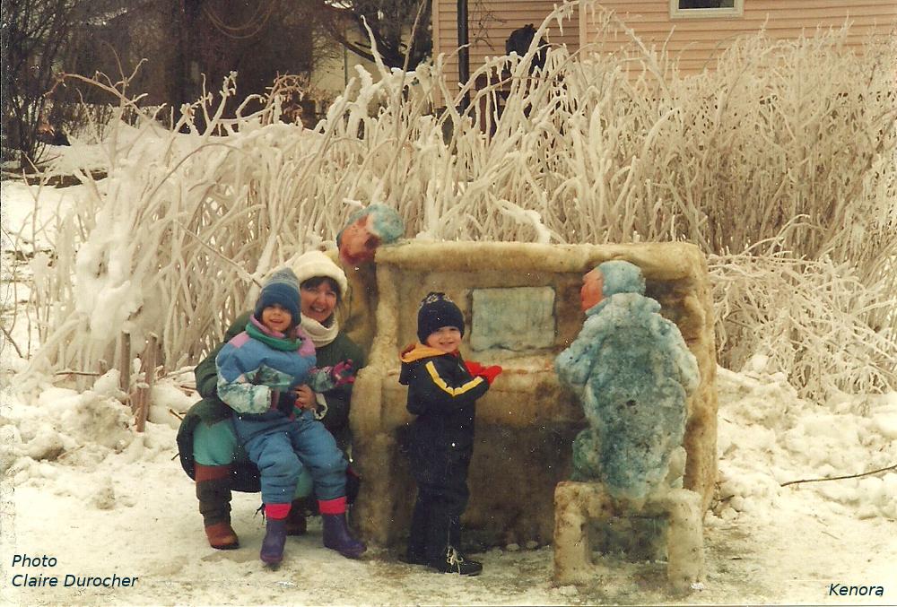 une famille devant un piano fait de neige durcie