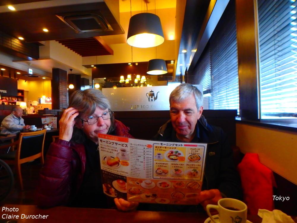 un couple essaie de lire un menu écrit en japonais