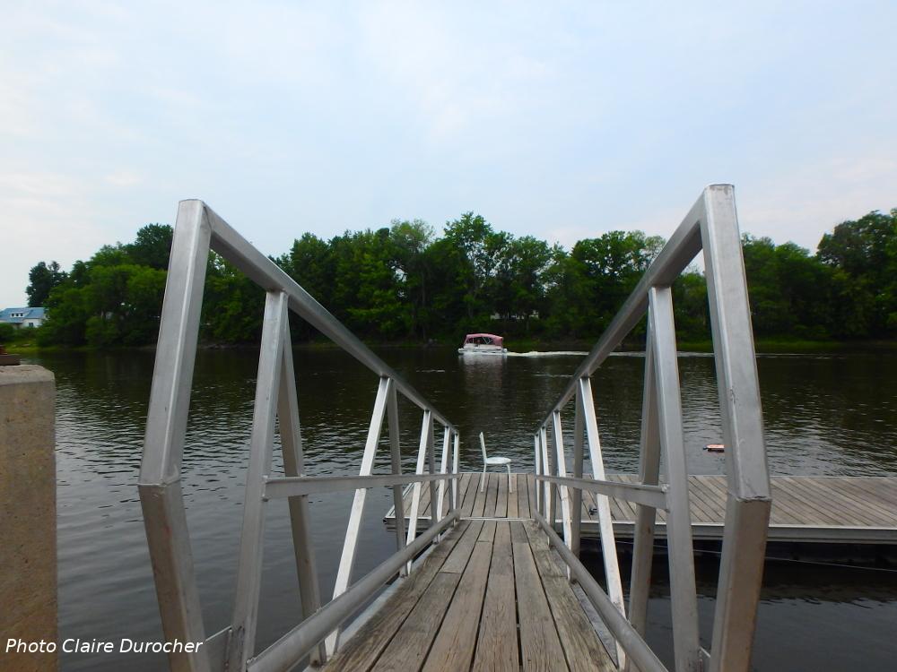 bateau, bateau téléguidé et chaise de pêcheur au quai