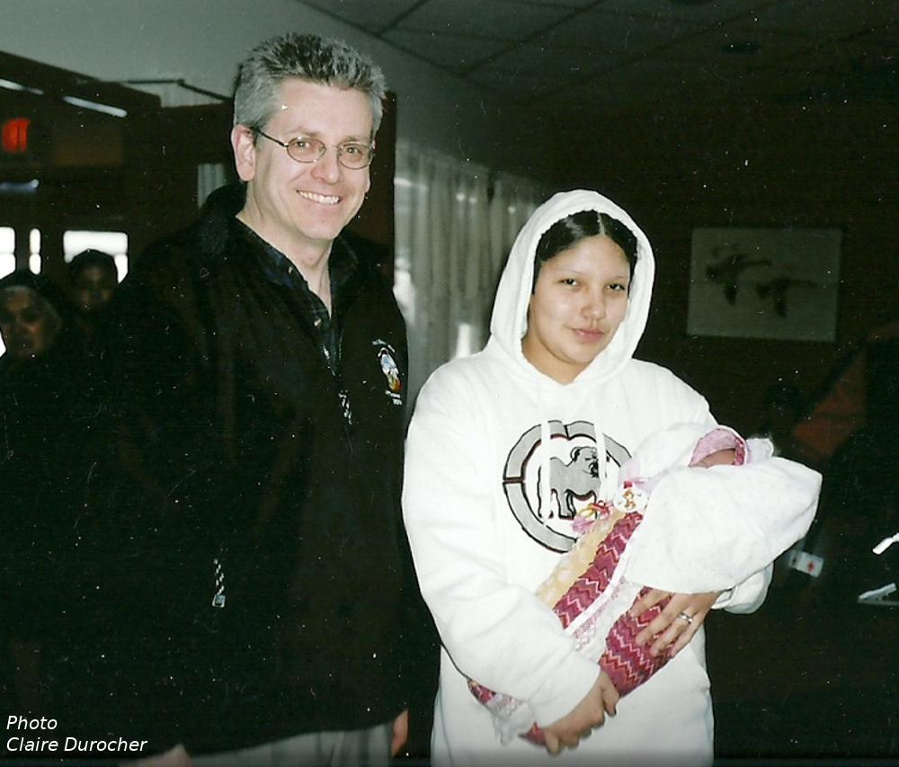 un homme rencontre une femme avec son bébé