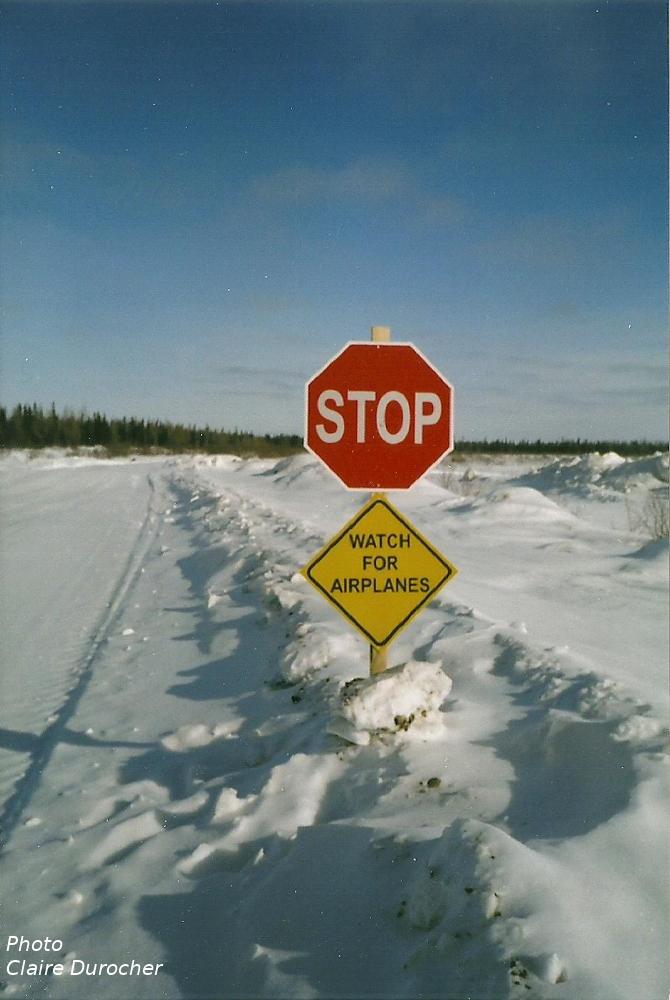 panneaux pour faire attention aux avions sur la route de glace
