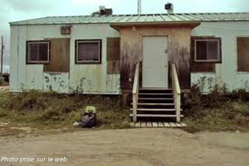 maison mobile délabrée servant de poste de police