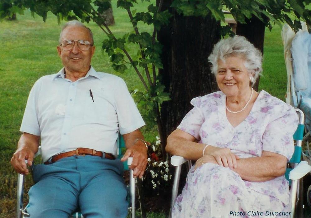 deux aînés dans un jardin
