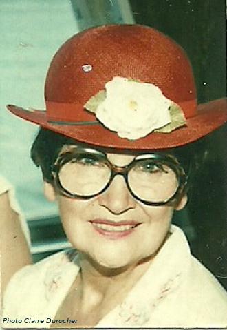 une aînée avec un chapeau élégant