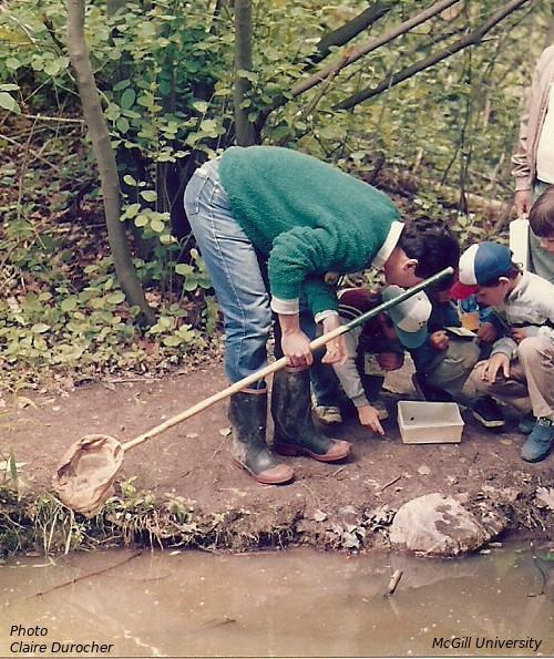 un homme montre une grenouille à des enfants